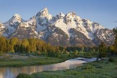 Montanhas grandes de Tetons com rio abaixo fotografia de stock
