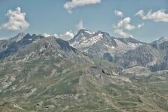 Montanhas grandes no horizonte fotografia de stock