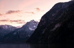 Montanhas impressionantes com por do sol Fotos de Stock