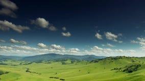 Montanhas 4k do céu nebuloso da paisagem do verão vídeos de arquivo