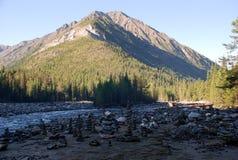 Montanhas, lagos, lago da montanha, Sibéria, Baikal, noite, Rússia, viagem, árvores, rochas, pedras, pirâmides das pedras Imagem de Stock