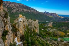 Montanhas, mar e construção velha do castelo no século XI na Espanha de Guadalest imagens de stock royalty free