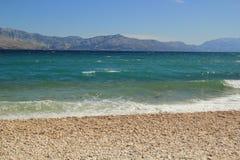 Montanhas, mar e praia Fotografia de Stock