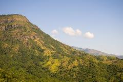 Montanhas/montes verdes bonitos com fundo do céu azul Fotos de Stock