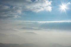 Montanhas na névoa Fotos de Stock Royalty Free