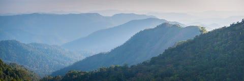Montanhas na névoa, foto do tamanho da bandeira Foto de Stock Royalty Free