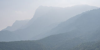 Montanhas na névoa, foto panorâmico 1x2 Foto de Stock Royalty Free