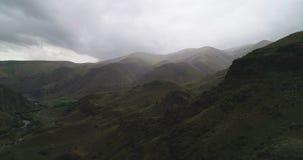 Montanhas na névoa, Geórgia, Cáucaso areal fotografia de stock royalty free