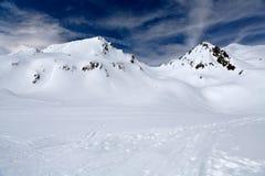 Montanhas na neve fotos de stock