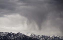 Montanhas na neve e na chuva imagens de stock