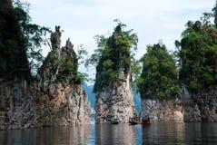 Montanhas na represa Foto de Stock