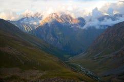 Montanhas nas nuvens Fotografia de Stock