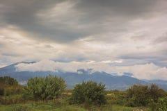 Montanhas nas nuvens Fotos de Stock Royalty Free