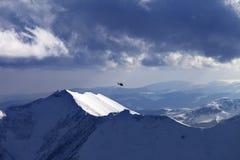 Montanhas nas nuvens no dia de inverno agradável Foto de Stock Royalty Free