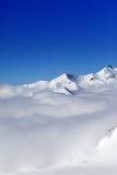 Montanhas nas nuvens no dia de inverno agradável Fotos de Stock