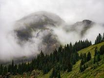 Montanhas nas nuvens, Rocky Mountains Vista foto de stock royalty free