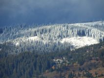 Montanhas nevado com céu nebuloso Imagem de Stock