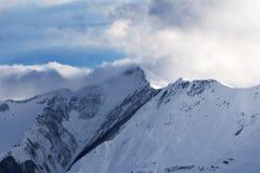 Montanhas nevado da inclinação e da luz solar da fora-pista no embaçamento fotos de stock royalty free