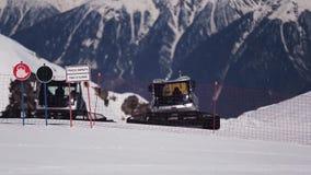Montanhas nevado da paisagem na estância de esqui Rathraks na cerca nave Sinais de aviso Trilha fechado dia video estoque