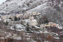 Montanhas nevado e aldeia da montanha Imagem de Stock
