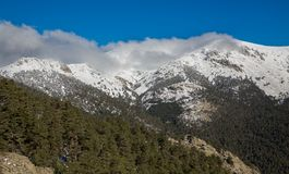Montanhas nevado e bola do mundo Foto de Stock Royalty Free