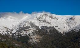 Montanhas nevado e bola do mundo Fotografia de Stock