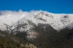 Montanhas nevado e bola do mundo Imagem de Stock Royalty Free