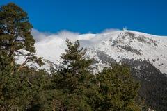 Montanhas nevado e bola do mundo Foto de Stock