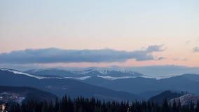 Montanhas nevado e nuvens filme
