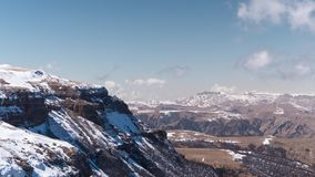Montanhas nevado e nuvens de flutuação Timelapse vídeos de arquivo