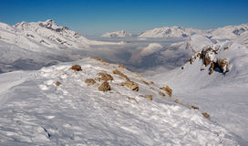 Montanhas nevado e vale Coverd na névoa Imagens de Stock Royalty Free