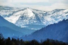 Montanhas nevado em cumes bávaros contra o céu nebuloso, turista res Imagens de Stock