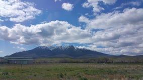 Montanhas nevado nebulosas Foto de Stock Royalty Free