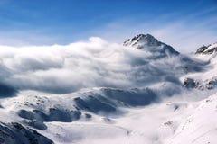 Montanhas nevado no céu azul Cáucaso Elbrus das nuvens imagens de stock