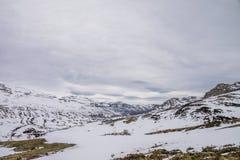 Montanhas nevado no inverno em Trueba imagens de stock royalty free