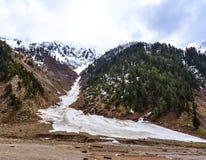 Montanhas nevado no vale de Naran, Paquistão Foto de Stock