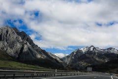 Montanhas nevados da estrada fotografia de stock royalty free