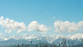 Montanhas nevados e nuvens do lapso de tempo vídeos de arquivo