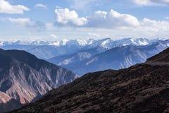 Montanhas neve-tampadas douradas em Tibet Imagem de Stock