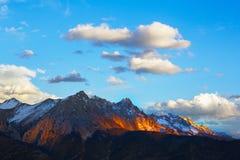 Montanhas neve-tampadas douradas em Tibet fotos de stock