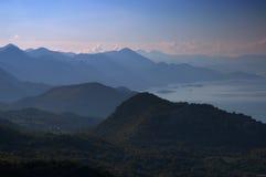 Montanhas nevoentas Fotos de Stock Royalty Free