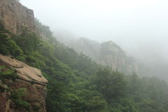 Montanhas nevoentas Fotografia de Stock Royalty Free