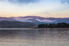 Montanhas nevoentas Imagens de Stock