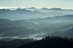 Montanhas nevoentas cingalesas e vista ao reservatório de Maskeliya Imagem de Stock Royalty Free