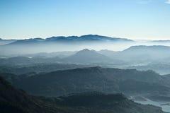 Montanhas nevoentas cingalesas e vista ao vale Fotografia de Stock Royalty Free