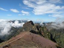Montanhas no console de Madeira com nuvens Foto de Stock