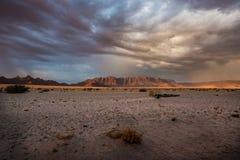 Montanhas no deserto em Namíbia no por do sol fotos de stock royalty free