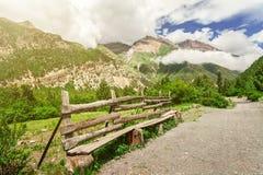 Montanhas no dia nebuloso Imagens de Stock
