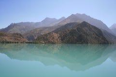 Montanhas no lago fotos de stock