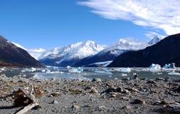 Montanhas no lago Onelly Foto de Stock Royalty Free